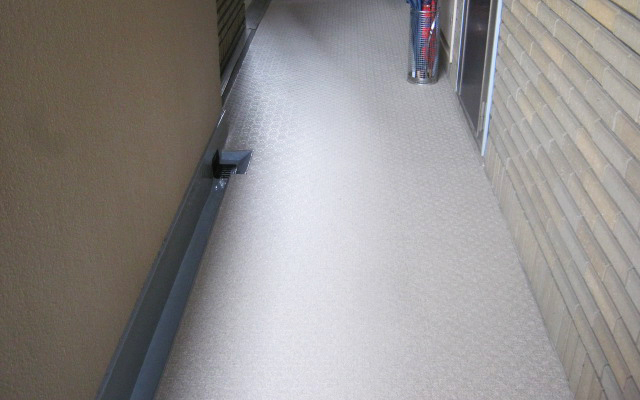 マンションの廊下の長尺シート貼り工事